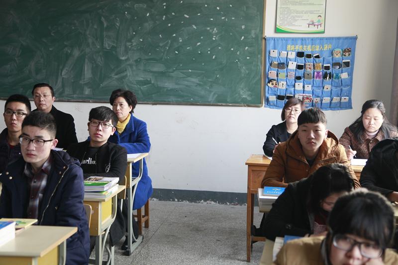开学第一天校领导深入教学一线听课检查